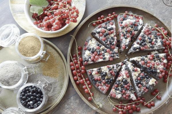 Makový koláč s tvarohom a bobuľovým ovocím.